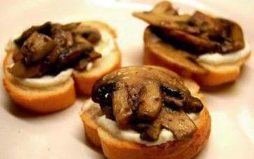 Crostini con mozzarella e funghi champignon